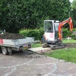 trampolinme gat graven met minigraver.