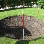 Trampoline gat graven met minigraver.
