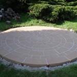 Cirkel bestrating waar bij voegvulling is aangebracht ter voorkoming van onkruid.