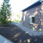 Tuinrenovatie met gebakken klinkers in combinatie met basalt kinderkopjes (resultaat)