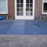 Chinees hard steen platen 1x1m gelegd in stabilisatiezand in combinatie met aanwezige herbestraat waalformaat.