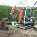 Boomstronk verwijderen mbv een mini graver.
