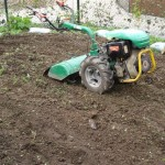 grond frezen voor in te zaaien tuin of grasmatten.