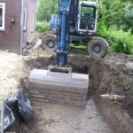 vijver graven met hydraulische graafmachine.